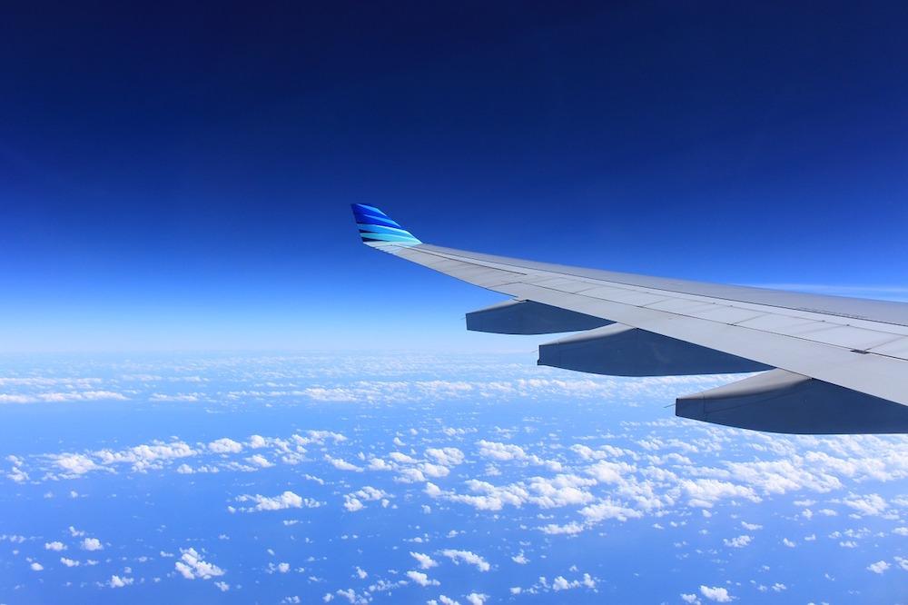 Flügel über Wolken