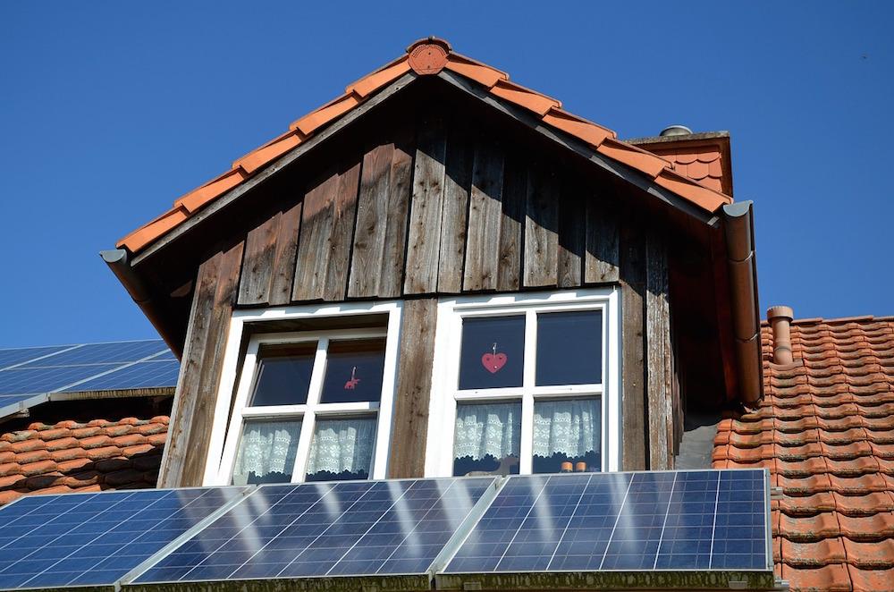 Dachgaube mit Photovoltaikanlage